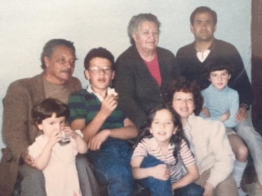 Papá Marcos y Toñita con mi papá, mi hermano, mi tía Marina y mis primas Ángela (de azul) y Amparito (tomando agua).