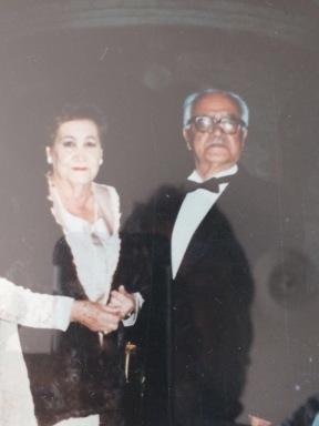Anita y Alberto muy elegantes para alguna celebración. Seguro ella olía a algpun perfume delicioso que le había regalado mi tío Sergio, el mayor.